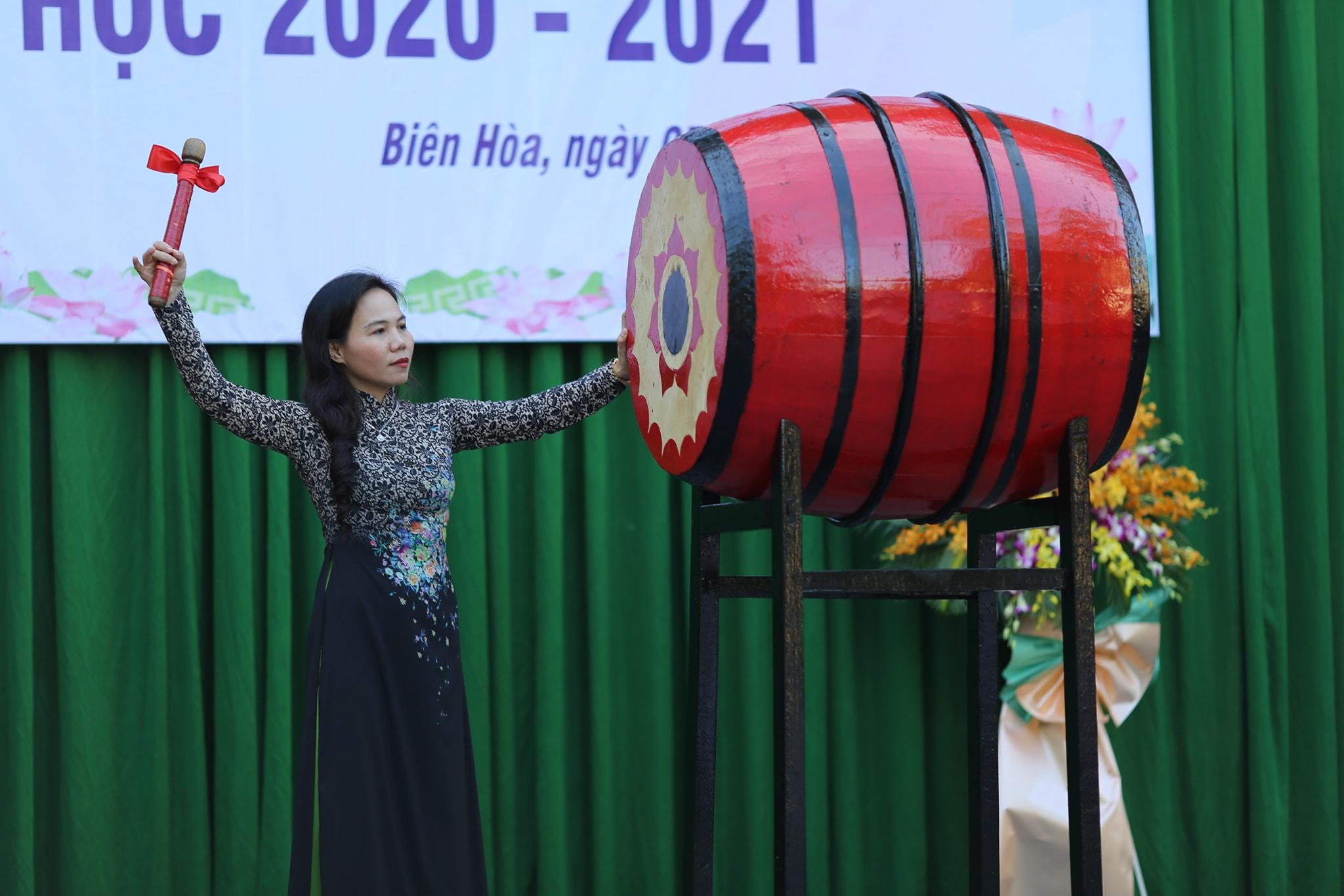 Cô Phạm Thị Thanh Hà - Bí thư chi bộ - Hiệu trưởng, đánh trống khai giảng năm học mới